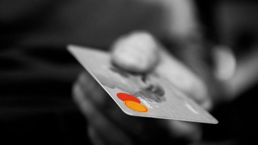 Débito ou crédito? 4 dicas para usar o seu cartão